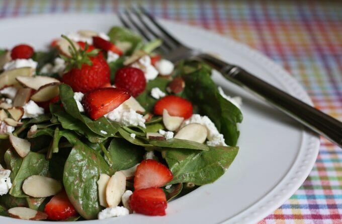 salat-s-klubnikoj-shpinatom-i-mindalyom