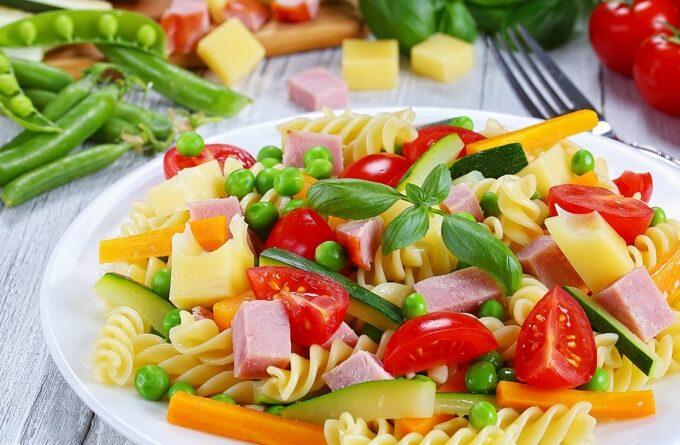 salat-s-makaronami-vetchinoj-i-zelenym-goroshkom
