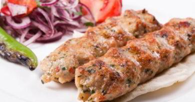 kurinyj-kebab-s-kopchenym-salom