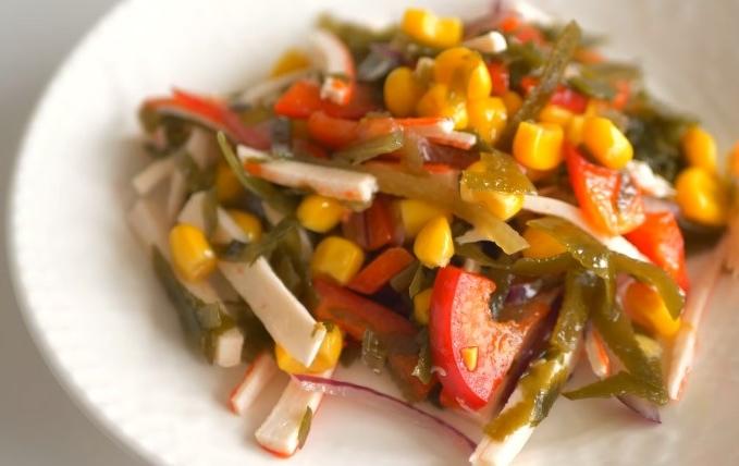 salat-s-krabovymi-palochkami-i-morskoj-kapustoj