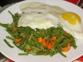 Экзотическая еда — жареный папоротник