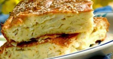 Если вы не знаете, как приготовить заливной пирог с капустой, рецепт с фото в духовке этой выпечки подойдет вам как нельзя лучше! Я люблю его за то, что он никогда не подведет и не надо ничего лепить. И, самое главное, получается вкусно, хоть и делается очень быстро. Начинку можно использовать любую. В это раз будет заливной капустный пирог на кефире, рецепт с фото пошагово которого я вам предлагаю. Попробуйте, и я уверена, вы захотите испечь его еще не раз! Ингредиенты яйцо3 шт. для начинки: растительное масло120 г капуста400 г сода1 ч.л. морковь1–2 шт. соль1 ч.л. репчатый лук1 шт. кефир1/2 л растительное масло мука350 г Приготовление 1 Шаг 1 Начинаем готовить быстрый заливной пирог с капустой на кефире. Для этого нужно взять чашку: разбить в нее яйца и перемешать их с солью. 2 Шаг 2 Соду погасить кефиром. Добавить в чашку с яйцами, туда же растительное масло. Перемешать все. Просеять муку и добавлять понемногу ко всем ингредиентам, перемешивать ложкой снизу вверх. 3 Шаг 3 Хорошо перемешать тесто, чтоб не было комков! 4 Шаг 4 Готовим начинку: капусту, лук и морковь потушить на растительном масле и посолить. 5 Шаг 5 Нагреваем духовку до 200 градусов. Форму смазываем маслом и половину теста выкладываем в нее. 6 Шаг 6 Выкладываем капустную начинку (можно и побольше) 7 Шаг 7 Сверху ложкой выложила заливное тесто на кефире для пирога с капустой, закрыв начинку. Теперь пирог с капустой помещаем в духовку. 8 Шаг 8 Выпекать 20 минут. Получился красивый пирог с капустой. Я его уже готовый смазала сливочным маслом немного. 9 Шаг 9 Вот такой пирожок получился!