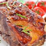 Асадо - как мне кажется, самое популярное блюдо в Аргентине Асадо - это жаренная, обычно, на вертеле, на гриле или на углях телятина, но это блюдо можно приготовить и в духовке. Обычно, мясо сначала маринуется в невероятно вкусном маринаде, а затем уже запекается в духовке долгое время при низкой температуре. К Асадо в обязательном порядке подается соус чимичурри, не будем отступать от традиции, приготовим и соус тоже.