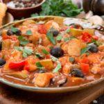 ryba_s_maslinami_gribami_i_pomidorami