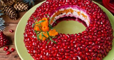Салат «Гранатовый браслет» Время приготовления: 60 минут Количество порций: 6 Ингредиенты: • Гранат — 1 шт. • Картофель — 500 г • Свекла — 500 г • Морковь — 500 г • Курица — 500 г • Луковица — 1 шт. • Зелень • Майонез • Масло растительное Приготовление: Ценный совет: чтобы легко очистить ягоду без специальных устройств, необходимо отрезать верхушку, замочить гранат в ледяной воде на полчаса, а затем разрезать его — зерна выпадут сами собой. 1. Морковь, свеклу и картофель отварить 2. Нарезать все овощи соломкой. Лук обжарить. 3. Куриное мясо нарезать мелкими кубиками, обжарить, выложить к луку. 4. На блюдо поставить стакан. 5. Вокруг выложить картофель, смазать майонезом, затем — морковь и свеклу, снова помазать майонезом. 6. Последним слоем выложить курицу, смазать майонезом. 7. Украсить салат зернами граната. 8. Зелень порубить и посыпать сверху. 9. Поставить в холодильник на 30 минут. 10. Достать, аккуратно убрать стакан и подавать. https://7days.ru/lifestyle/food/granatovyy-braslet-mimoza-seledka-pod-shuboy-i-eshche-7-traditsionnykh-salatov-k-novogodnemu-stolu/2.htm