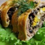 Мясной рулет с грибами в слоеном тесте Ингредиенты:  Слоеное тесто — 250 г  Мякоть свинины или готовый фарш — 300–400 г  Лук репчатый — 2-3 шт.  Сыр Ламбер (или любой другой твердый сыр) – 300 г  Шампиньоны — 400 г  Яйца куриные — 4-5 шт. Приготовление: 1. Из мякоти свинины делаем фарш и солим (я предпочитаю сама перекручивать мясо, а не покупать готовый фарш, не известно из чего сделанный). 2. Грибы, порезанные на кусочки, обжариваем вместе с луком. Слегка солим. 3. Яйца для начинки варим вкрутую 5-7 минут. 4. Берем кусок слоеного теста. У меня в упаковке было 2 пласта, каждый по 250 г. Одного вполне достаточно. 5. Раскатываем тесто. Не делайте его слишком тонким, иначе будет трудно сворачивать в рулет. 6. Тесто посыпаем натертым на терке сыром. 7. Раскладываем мясной фарш. 8. Выкладываем жареные грибы. 9. Сверху раскладываем кусочки вареных яиц и слегка их присаливаем. 10. Сворачиваем рулет и переворачиваем его швом вниз, чтобы не развернулся. 11. Смазываем рулет сверху яичным желтком. 12. Отправляем в духовку, разогретую до 180 градусов, на 50 минут, до образования золотистой корочки https://zen.yandex.ru/media/culinarijaru/miasnoi-rulet-s-gribami-v-sloenom-teste-5a2631267800192677cc0737?