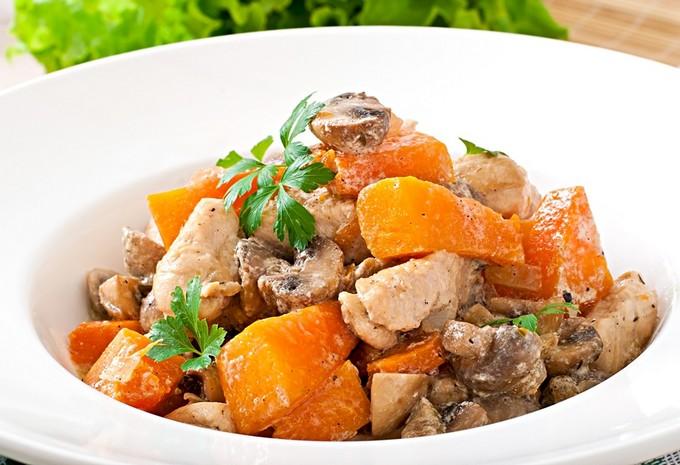 жареные грибы с филе курицы