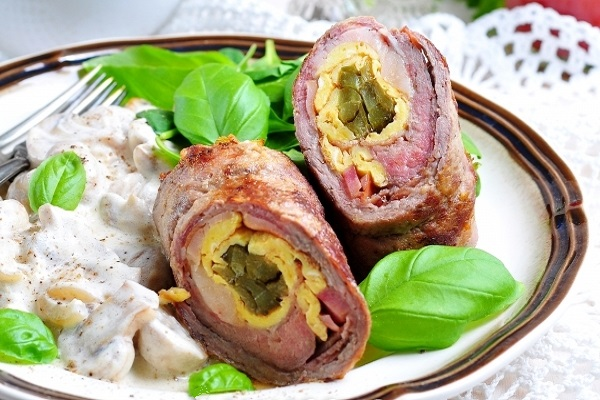 ruletiki-govyadina-ogurcy-omlet-vetchina