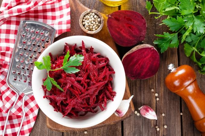 salat-iz-svekly-s-chesnokom