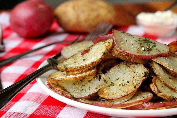 zapechennyj-kartofel-s-zelenyu-i-speciyami