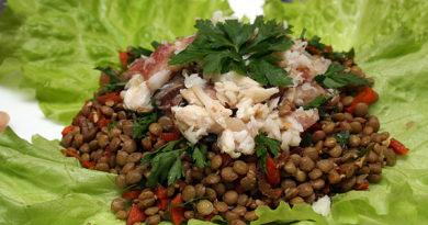 salat-s-chechevicej-i-kopchenoj-ryboj