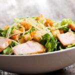 salat-iz-pekinskoj-kapusty-s-kuricej