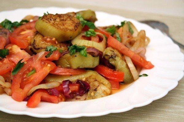 salat-iz-pomidorov-baklazhanov-i-luka
