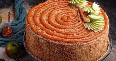 yablochnyj-tort-s-karamelnym-mussom