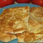 Хрустящие конвертики с колбасно сырной начинкой и свежими кубиками сладких томатов, обжаренные в яичном кляре. Как приготовить Жареные конвертики из лаваша Вкусная и оригинальная закуска всегда очень радует гостей. Блюда из тонкого армянского лаваша очень разнообразны и не требуют особых навыков в приготовлении. Поэтому конвертики из него с различными начинками оценят не только приглашенные вами люди, но и сама хозяйка. Вам понадобится тонкий лаваш и фантазия при приготовлении начинки, ее можно менять в зависимости от предпочтений. Пошаговый рецепт Для начала нужно приготовить начинку для конвертиков. Фантазировать при ее приготовлении можно и нужно, важно выбрать любимые ингредиенты. В данном случае это сыр, сосиски и помидоры. Плавленный сырок и сыр пармезан натираются на терке, сосиски (лучше всего подкопченые ) нарезаем средним кубиком. Сладкие помидоры так же режем кубиком. Все продукты смешиваем, добавляя чайную ложку майонеза. Теперь переходим к лавашу. Раскладываем его на ровной поверхности. Складываем пополам. Отрезаем крайние скругленные концы, примерно 10-15 см. Получившиеся два полотна разрезаем попола и получаем 4 треугольника. остальной лаваш разрезаем на квадраты. Главный и важный шаг приготовления это формирование конвертиков. Кладем треугольнички на ровную поверхность, в середину выкладываем начинку. Заварачиваем все концы лаваша так, чтобы колбасно сырная смесь надежно распологалась внутри и при обжаривании не вылезла из пирожочков. 4 Ну и, наконец, каждый конвертик обмакиваем в яичной смеси и выкладываем на разогретую, с добавлением подсолнечного масла, сковороду. Обжаривать пирожочки нужно на сильном огне с двух сторон до золотистой корочки. За 2 мин. с каждой стороны сыр успеет расплавиться. а лаваш превратиться в хрустящий, вкусный конвертик. 5 Выкладываем обжаренные пирожочки на салфетку, чтобы избавиться от лишнего масла. Кушаем!!!! ПРИЯТНОГО АППЕТИТА!!! Совет. Для того, чтобы блюдо было еще вкуснее, готовте его в хорошем настроении и в кругу