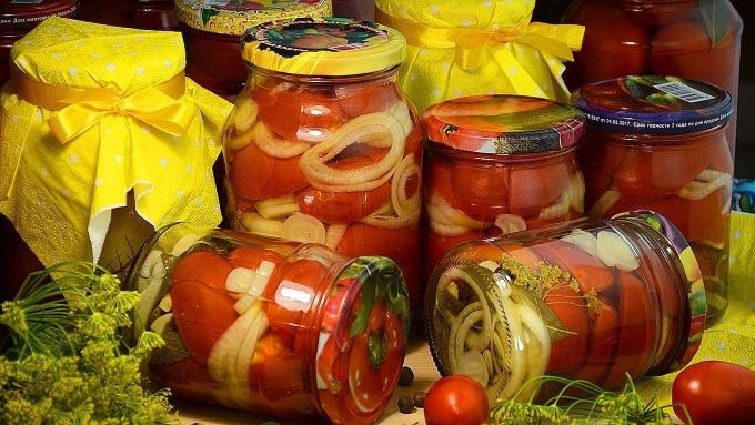 pomidory-dolkami-s-lukom-na-zimu