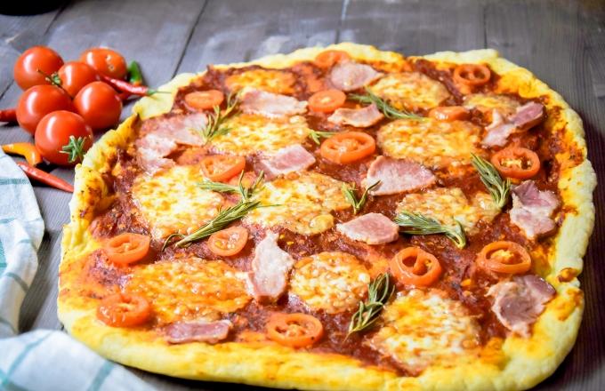 picca-s-vetchinoj-pomidorami-i-mocarelloj