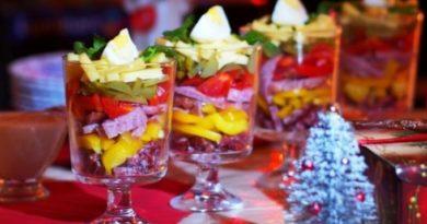 novogodnij-salat-s-kolbasoj-i-perepelinymi-yajcami