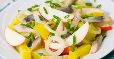 salat-s-kartofelem-seledkoj-i-yablokami
