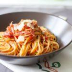 spagetti-s-bekonom-i-tomatnym-sousom