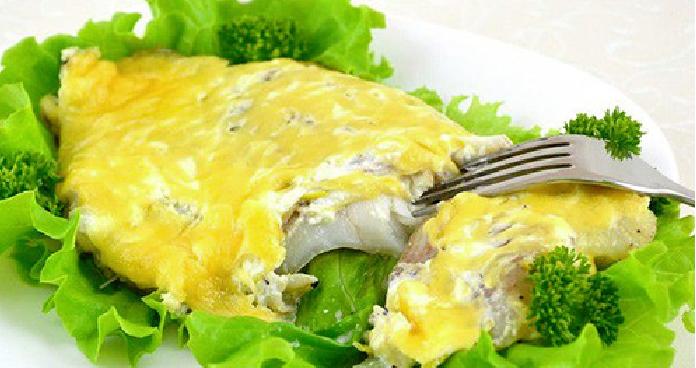 Рыба под сметанным соусом и румяной сырной корочкой