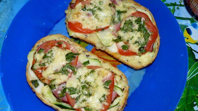 Горячие бутерброды или пицца на хлебе