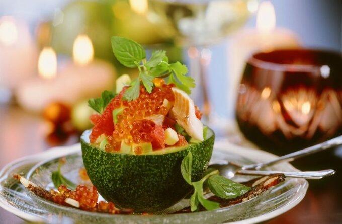 salat-s-krasnoj-ikroj-forelyu-i-avokado