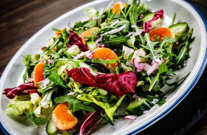 salat-s-mandarinami-salyami-i-rukkoloj