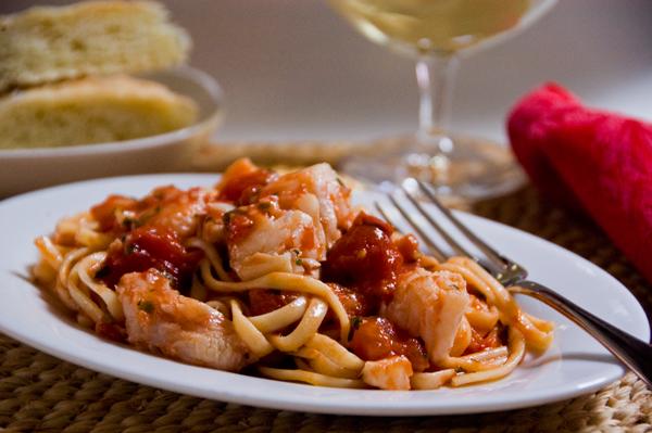 spagetti-s-tomatnym-pyure-i-beloj-ryboj