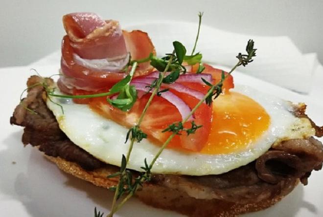 Английский тост с беконом и яйцом