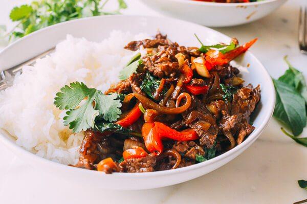 govyadina-s-basilikom-i-risom-po-tajski