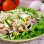 kurinyj-salat-s-kalmarami