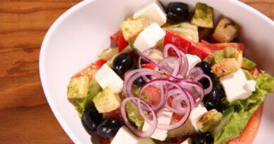 ovoshnoj-salat-s-suharikami