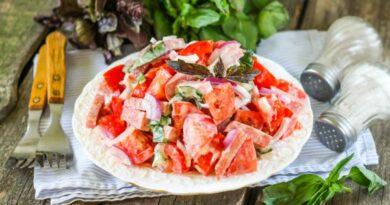 salat-s-pomidorami-i-kolbasoj
