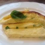 яйца куриные 7 шт. сыр полутвердый 50 г сливки 15% 50 мл сметана 10% 2 ст. л. соль морская 1 щепотка лук зеленый 2 стебля  Масло для жарки сливочное масло 1 ч. л. оливковое масло Extra Virgin 1 ст. л.