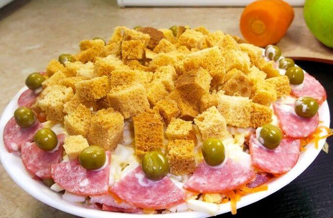 salat-s-kolbasoj-i-suharikami