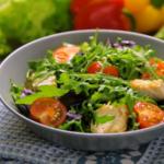 salat-s-kuricej-zelenyu-i-pomidorami-cherri
