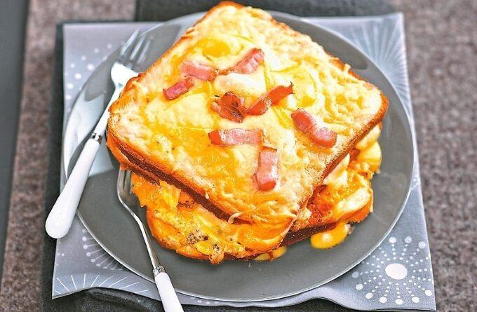 goryachij-tost-s-bekonom-i-syrom