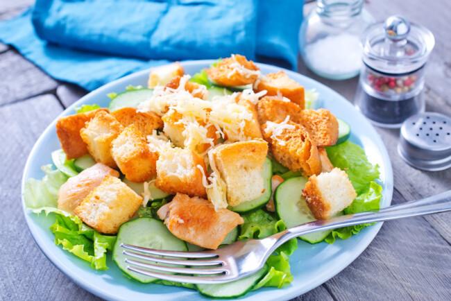 kurinyj-salat-s-suxarikami-i-ogurcami