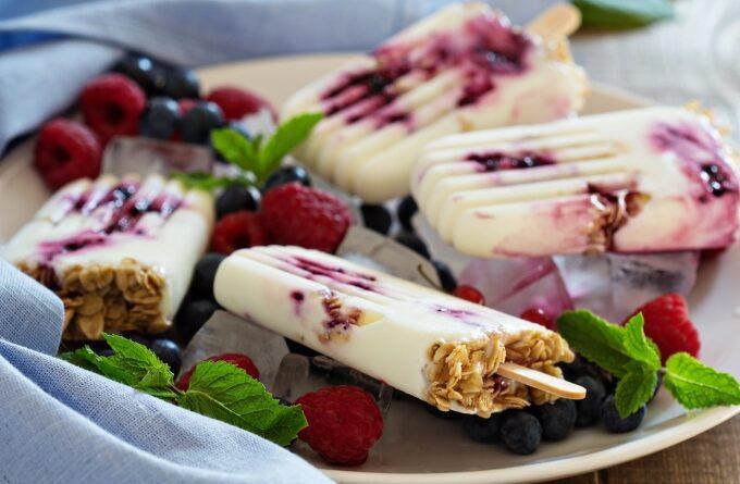 morozhenoe-s-jogurtom-i-yagodami