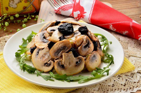 salat-s-kuricej-chernoslivom-i-gribami