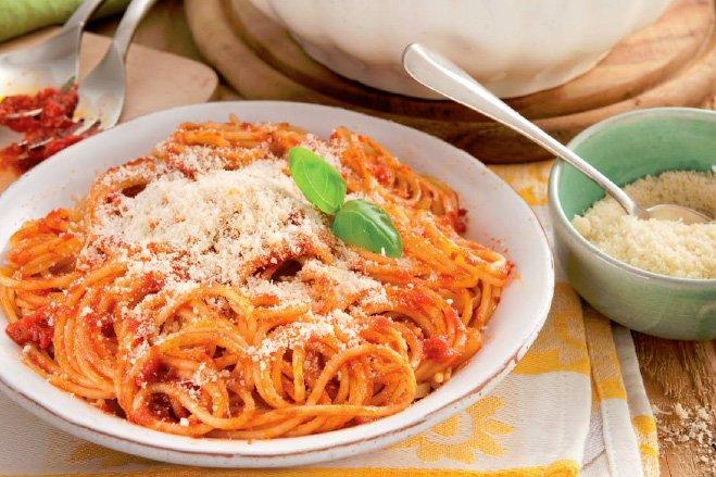 spagetti-s-tomatnym-sousom-i-syrom