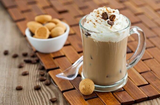 kofe-glyasse-s-molokom-i-morozhenym