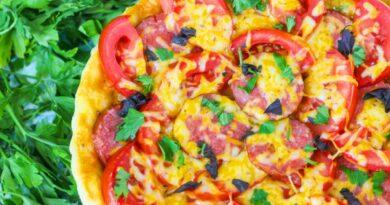 picca-s-kopchenoj-kolbasoj-i-pomidorami