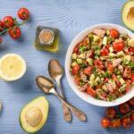 salat-s-tuncom-avokado-i-pomidorami-cherri