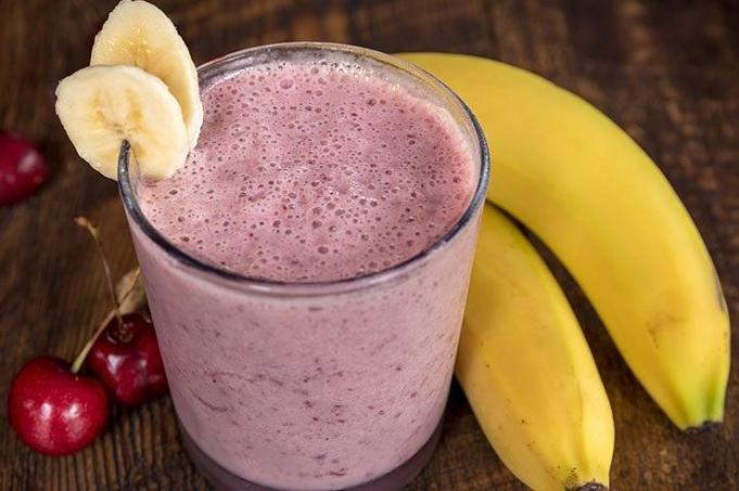 molochnyj-koktejl-s-vishnej-i-bananom