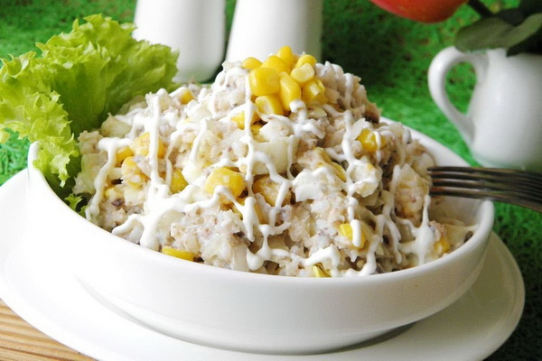 rybnyj-salat-s-risom-i-kukuruzoj