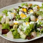 salat-iz-kopchenoj-treski-s-yajcami