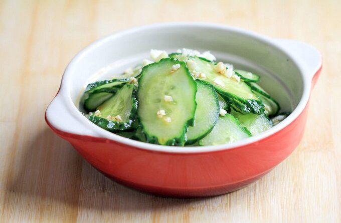 salat-iz-ogurcov-s-chesnokom