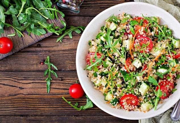 kurinyj-salat-s-bulgurom-i-ovoshami